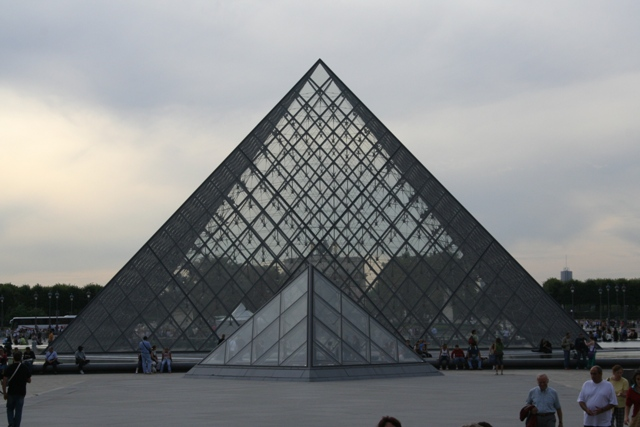 09.09 - 23 - Glass pyramid entrance at Louvre